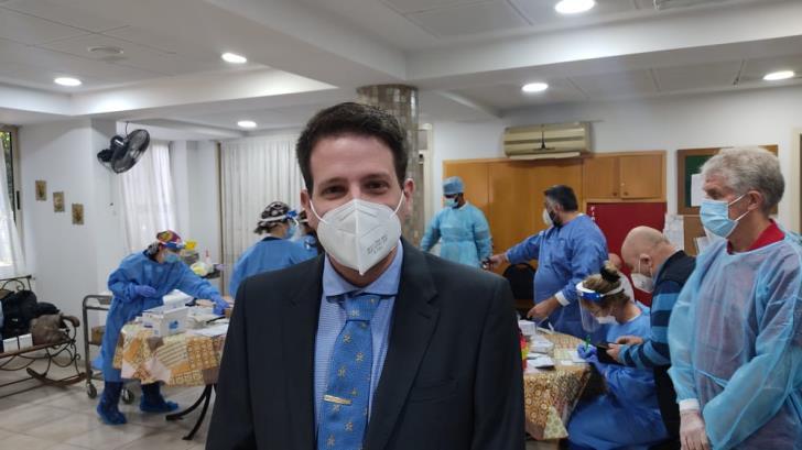 Ο γιατρός που ήταν ο πρώτος που έλαβε το εμβόλιο στην Κύπρο λέει ότι είναι χαρούμενος